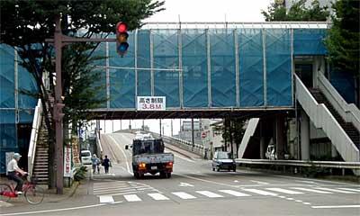 補修工事が行われている昭栄地区横断歩道橋 補修工事が行われている昭栄地区横断歩道橋 歩道橋の外壁