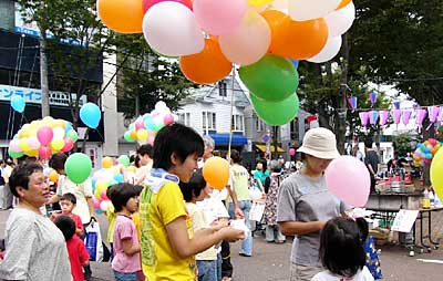 2005年9月、メッセージを結んだ風船1,000個を飛ばした「第10回三条よってけ祭り」