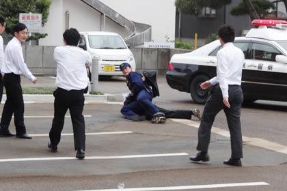 署員が犯人を追いかけて逮捕 署員が犯人を追いかけて逮捕 さらに、防犯設備の点検と操作要領の習熟、