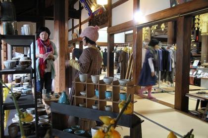 長見寺で開かれた第3回手作り市「茶がま市」