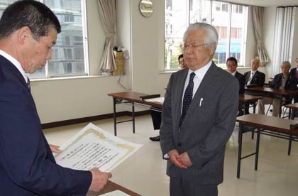 新人で初当選し、最年長市議となった伊藤氏 三条市議選の当選者に当選証書を付与 三条市議選の当選者