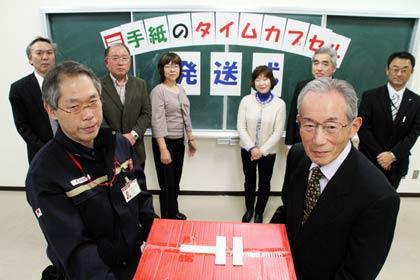 ... 、左が田中越後吉田郵便局長