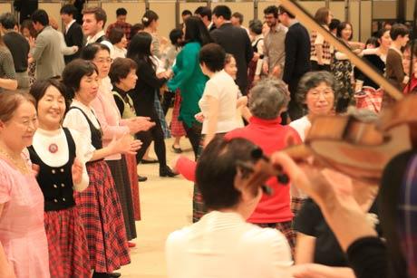 加茂市で初めて開かれたケーリー・ダンスのパーティー