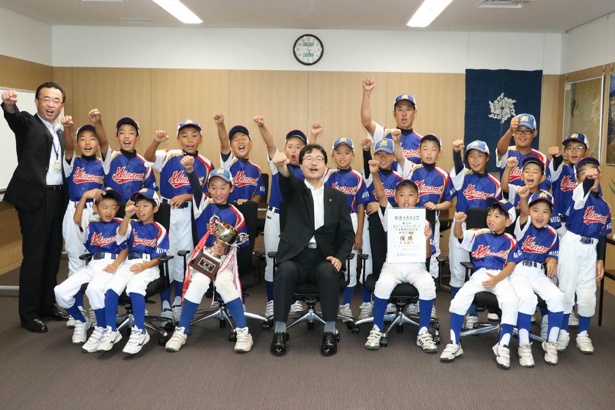 第5回東京ヤクルトスワローズカップ少年野球交流大会に燕市代表として3年ぶり2回目の出場を決めた燕南野球スポーツ少年団が燕市長を表敬訪問