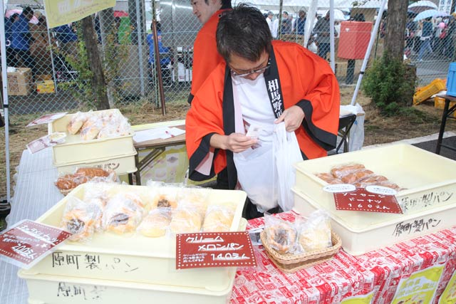 福島県南相馬市のブースで原町製パンの販売
