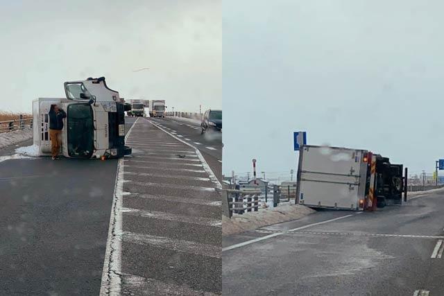北陸自動車道の新潟市西蒲区巻付近で横転したトラック(読者提供)