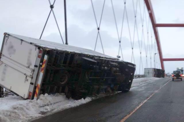 本川橋上で横転した2台のトラック(読者提供)